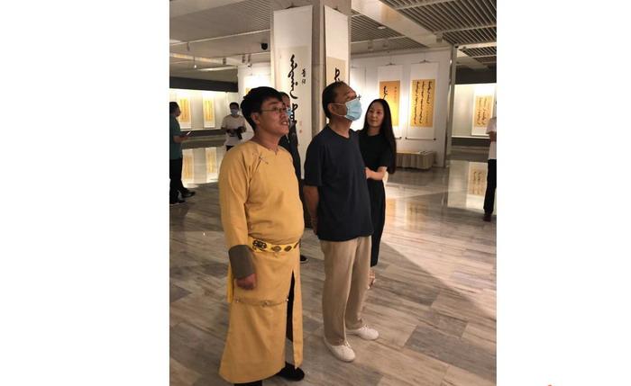翰林院美术馆馆长爱新觉罗闿源和吉林省省长王云坤在一起