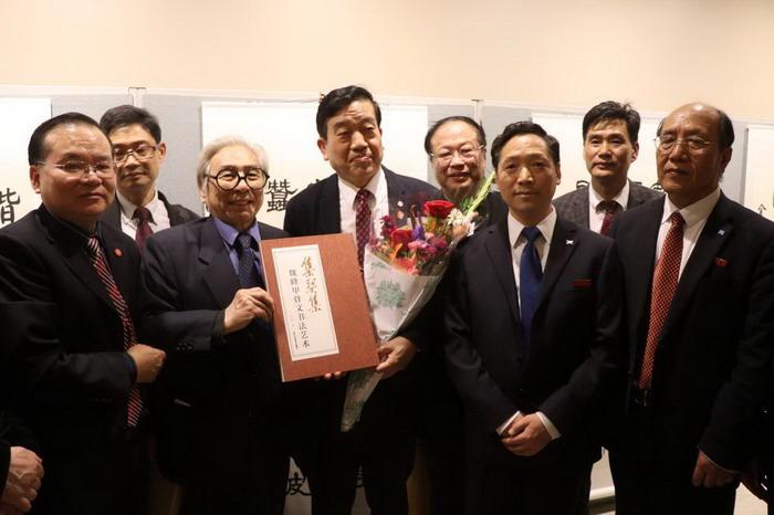 中国书画名家魏峰和中国书法家协会主席苏士澍及文化界领导在一起