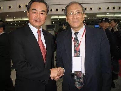 蔡丰名博士与中国外交部长王毅先生在一起