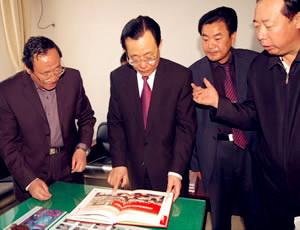 全国政协副主席王刚与协会副秘书长赵以宝