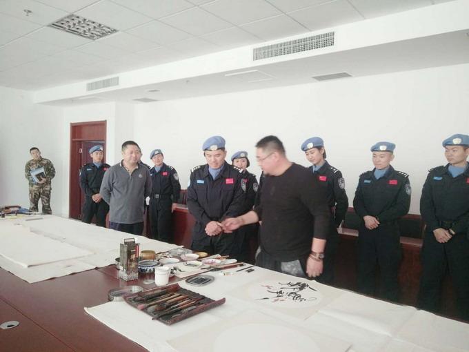 吴熙明在中国维和部队和官兵一起交流书画